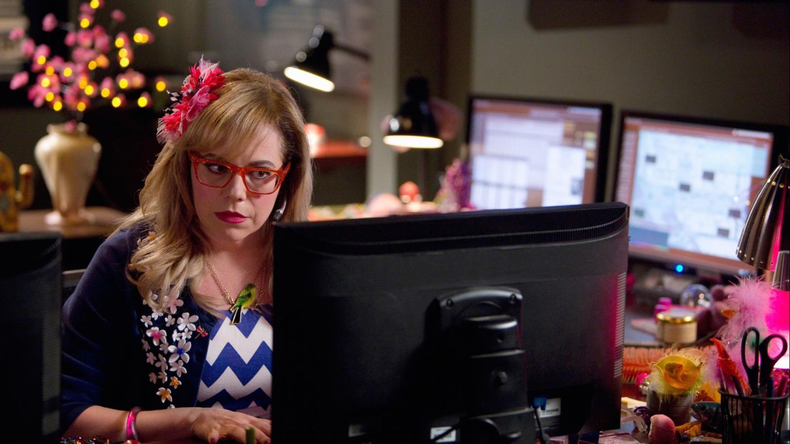 """Penelope Garcia pojawiła się w obsadzie """"Zabójczych umysłów"""" już na samym początku i szybko stała się jedną z najbardziej lubianych postaci z całej ekipy. Garcię znamy więc całkiem nieźle, ale co wiemy o grającej ją Kirsten Vangsness? Będziecie zaskoczeni, ile mają ze sobą wspólnego!"""